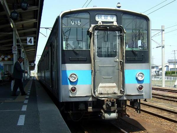 多度津駅で発車を待つ1127M