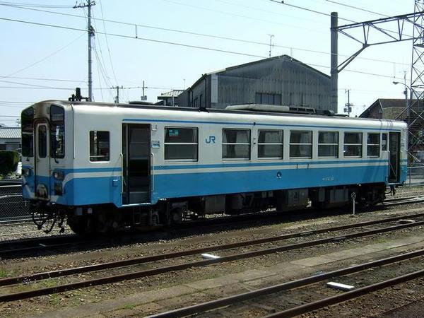 多度津駅の駅名標多度津駅構内に停車していたキハ32形気動車