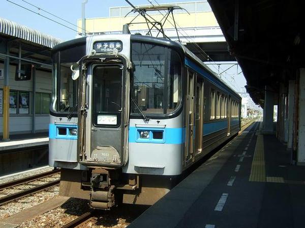 観音寺駅で発車を待つ4133M