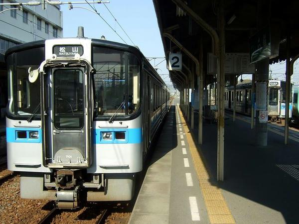 伊予西条駅で発車を待つ543M(左)と先程まで乗ってきた4133M(右)