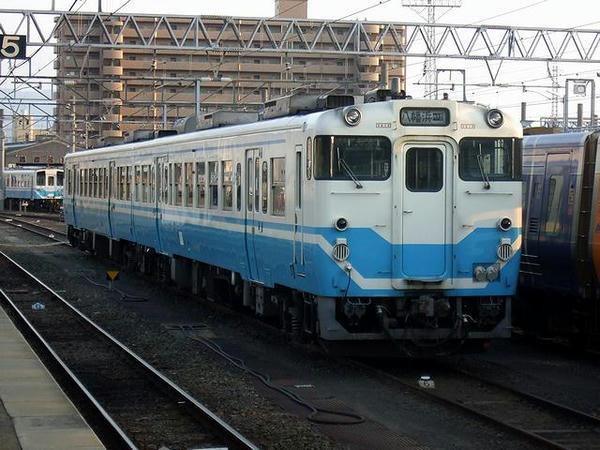 松山駅構内に停車中のキハ47形気動車