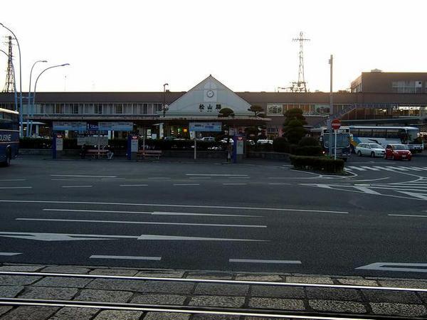 夕暮れの松山駅駅舎