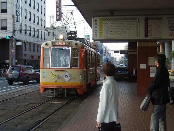 松山駅前停留所にやってきた道後温泉行きのモハ50形電車(66号)