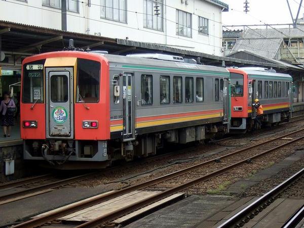 富山駅に停車中の高山本線普通列車(キハ120形気動車)