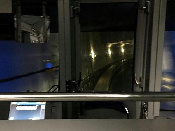 ターミナル地下をぐいっと右カーブ