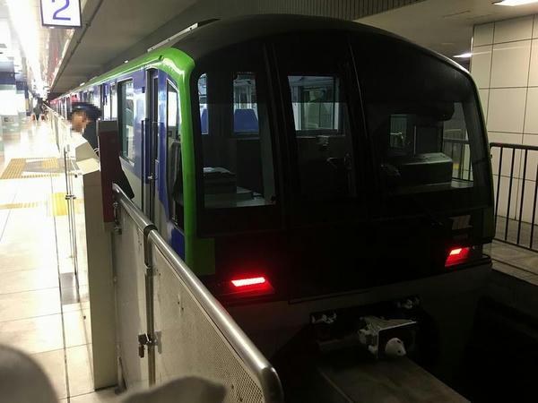 羽田空港第2ビル駅に到着した1223H普通列車