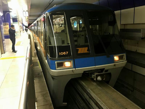 羽田空港第2ビル駅で発車を待つF1324区間快速列車