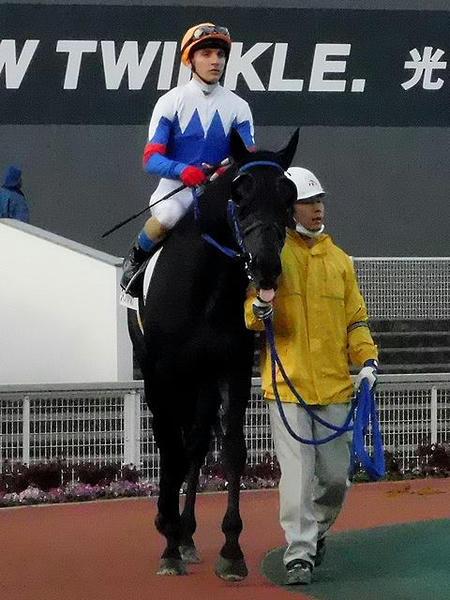 パドックを周回するライアン・クアトロ騎手(第3レース)