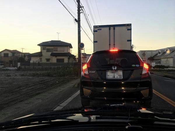 午前6時半前、混雑する守谷市内の県道にて