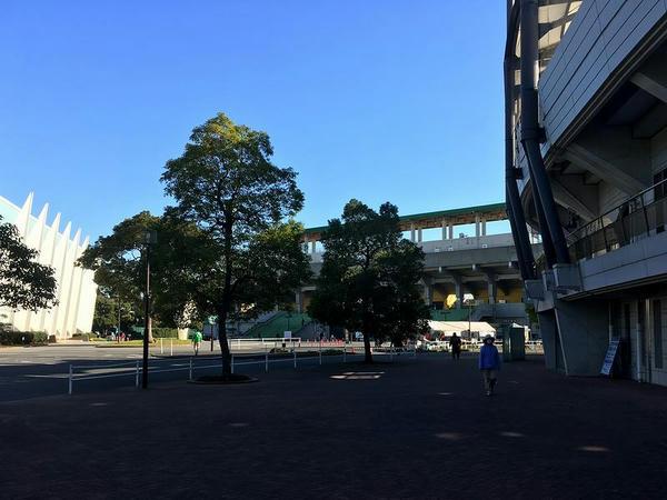 ゼットエーボールパーク付近から競技場入口を臨む
