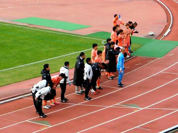 サポーターに挨拶する宮崎選手関係者