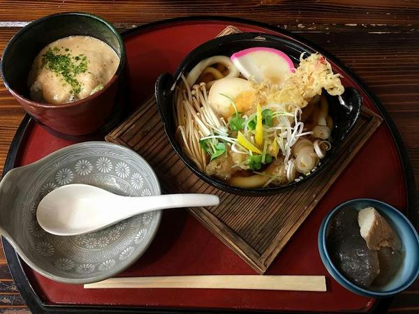 本日のおすすめセットメニュー(えび天入り鍋焼きうどん+とろろめし) 950円