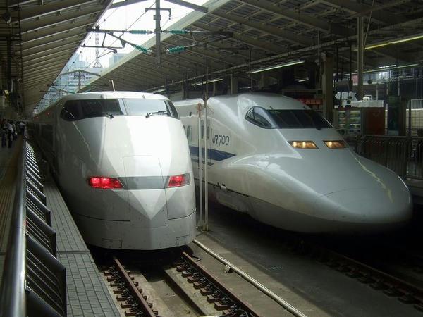 東京駅で発車を待つこだま659号(左)
