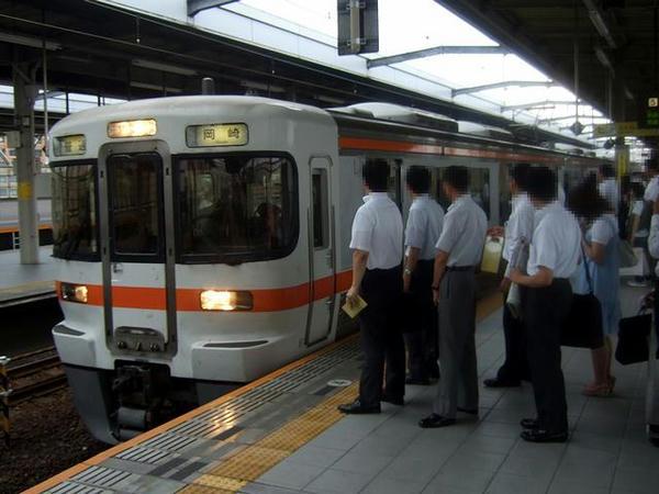 岐阜駅に入線する普通列車
