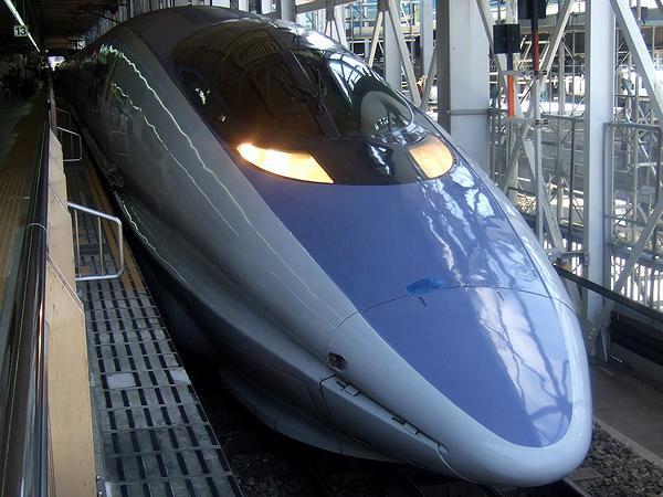 博多駅で出発を待つのぞみ28号