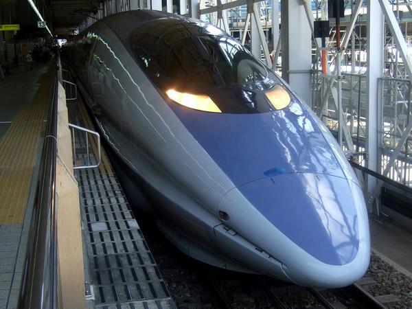 博多駅で発車を待つのぞみ28号