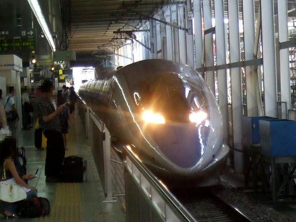 博多駅13番線ホームに入線するのぞみ28号になる回送列車