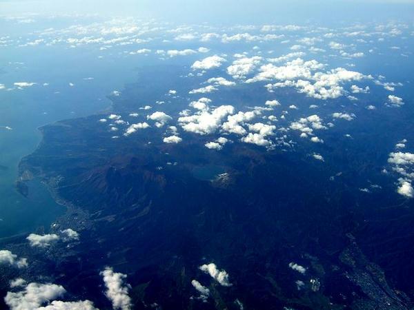 下北半島上空を飛行中(眼下には恐山が)