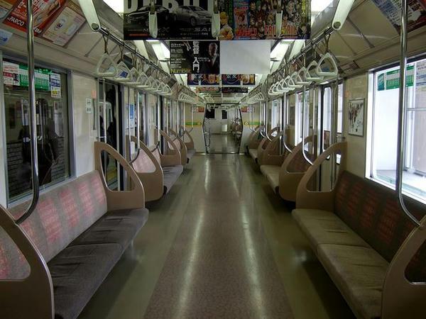 真駒内駅で乗客が下車した5000形の車内