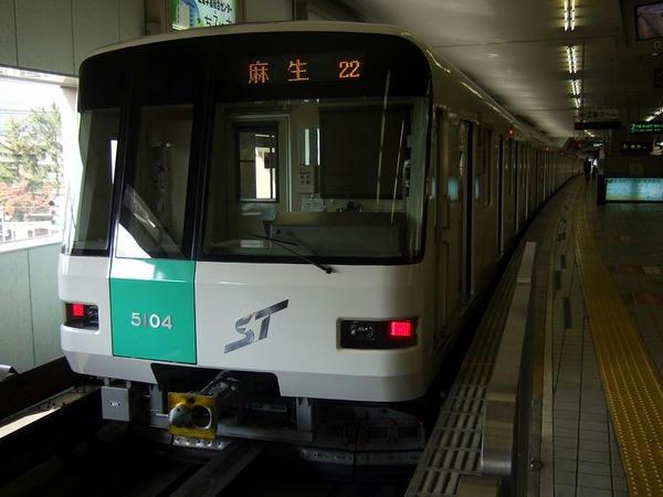 真駒内駅で発車を待つ麻生行き154列車