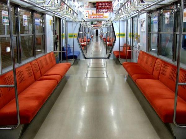 栄町駅で乗客が下車した車内