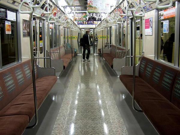 宮の沢駅で乗客が降りた車内