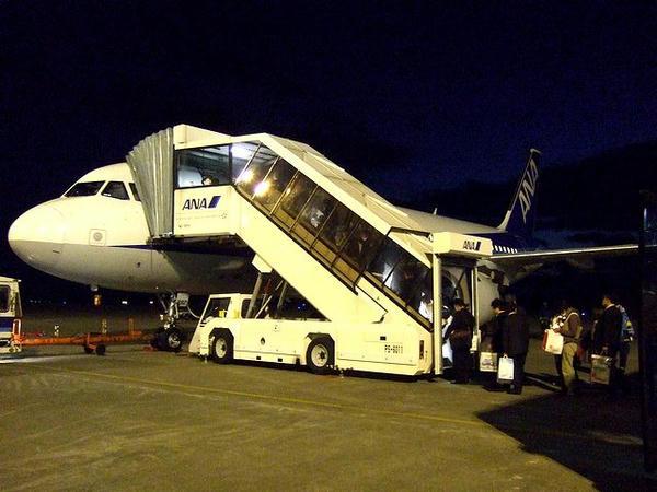 沖止めで出発を待つANA870便