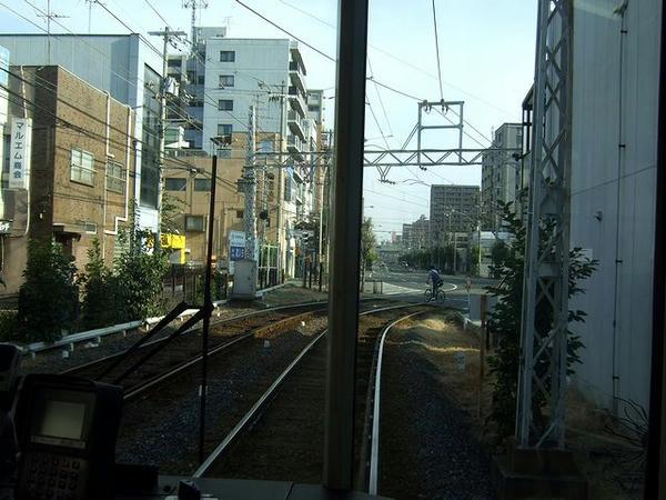 松虫停留所の手前から専用軌道へ(最後部の窓から撮影)