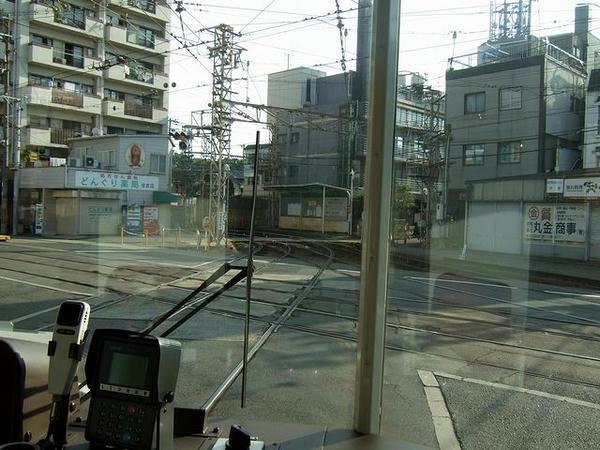 住吉停留所で阪堺線を平面交差