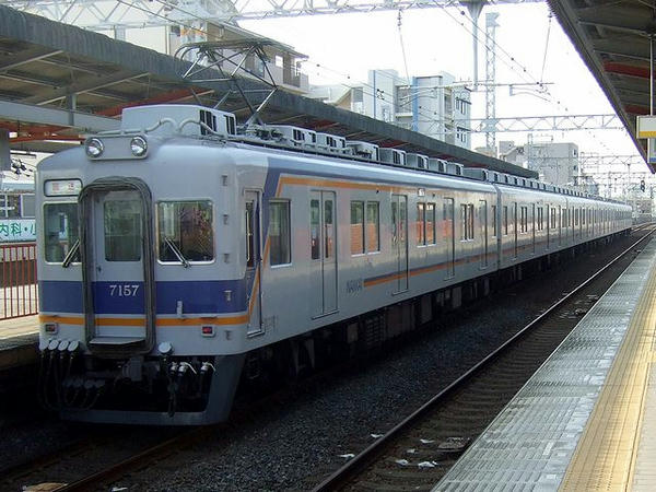 住吉大社駅を通過する回送列車
