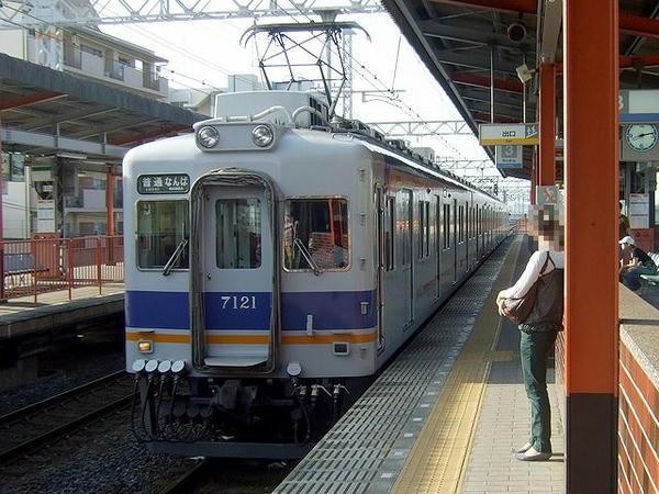 住吉大社駅に入線する普通列車なんば行き