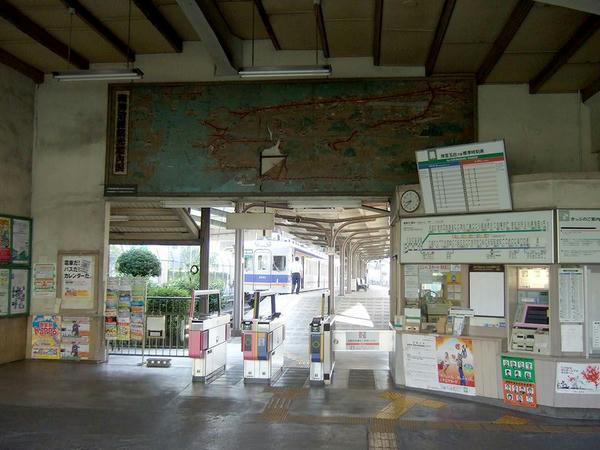 汐見橋駅の待合室(改札口上部には昭和30年代の南海電鉄沿線観光案内図が!)