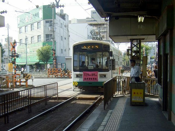 南霞町停留所に入ってきた恵美須町行き列車