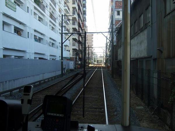 恵美須町停留所付近のバラストむき出しの専用軌道