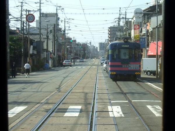 天神ノ森駅停留所を過ぎ、先程乗った汐見橋線の下をくぐると専用軌道へ