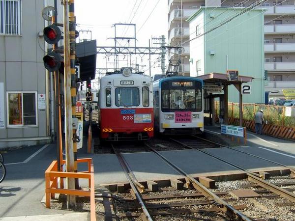 車庫に引き上げようとする先程までの列車と交換する天王寺駅前行き列車