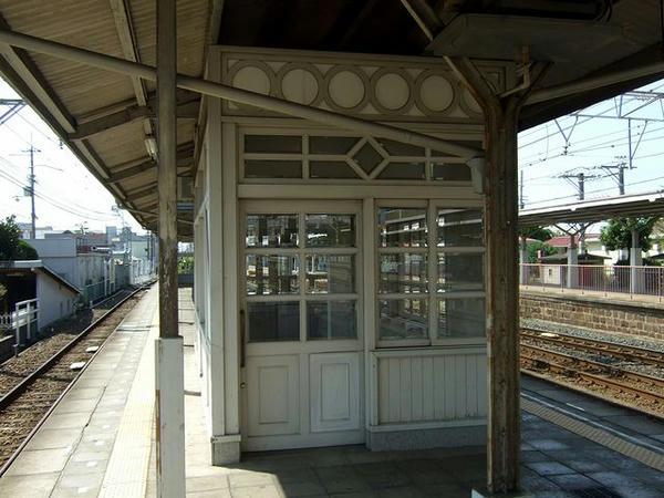 浜寺公園駅のホームに残る木造の待合室