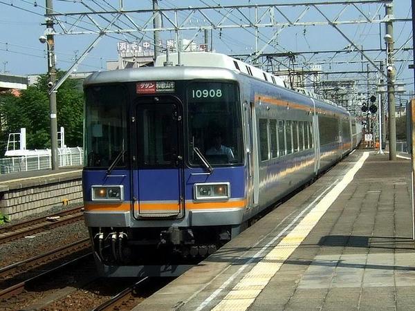 浜寺公園駅を通過する特急サザン和歌山市行き