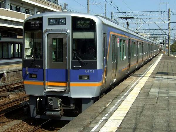 浜寺公園駅に入線するなんば行き普通列車