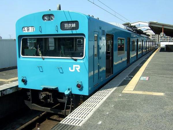 東羽衣駅で発車を待つ鳳行き普通列車