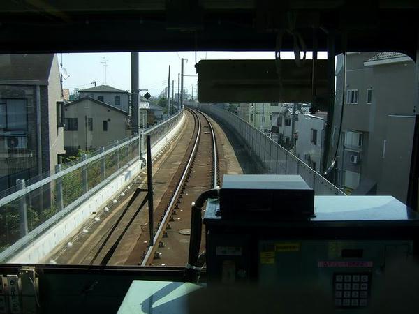 発車して暫くは高架線を走り鳳駅手前で地上へ