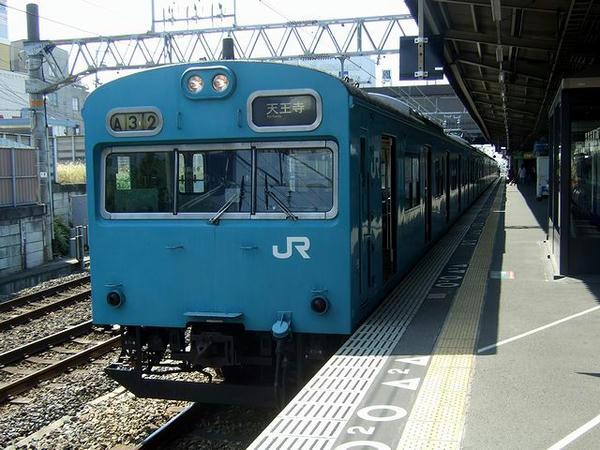 鳳駅に停車中の天王寺行き普通列車
