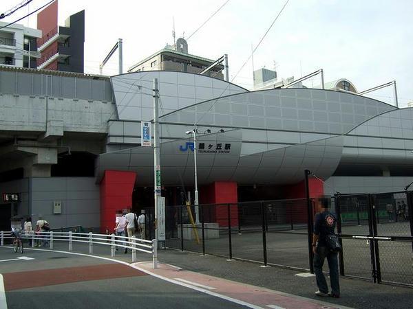 鶴ヶ丘駅の出入口付近
