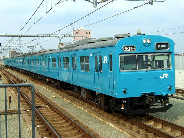 鶴ヶ丘駅に進入する和歌山行き普通列車