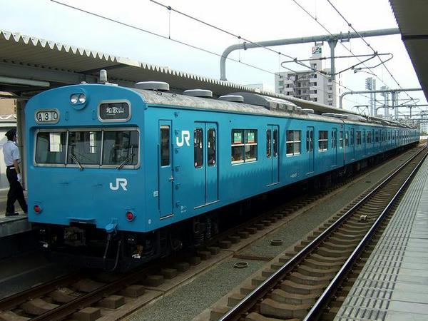 鶴ヶ丘駅に停車中の和歌山行き普通列車