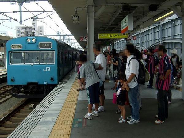 鶴ヶ丘駅ホームに入線する天王寺行き普通列車