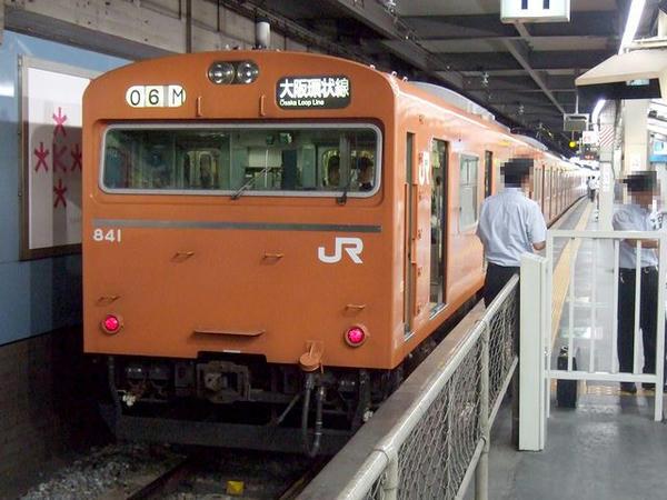 天王寺駅に停車中の大阪環状線内回り普通列車