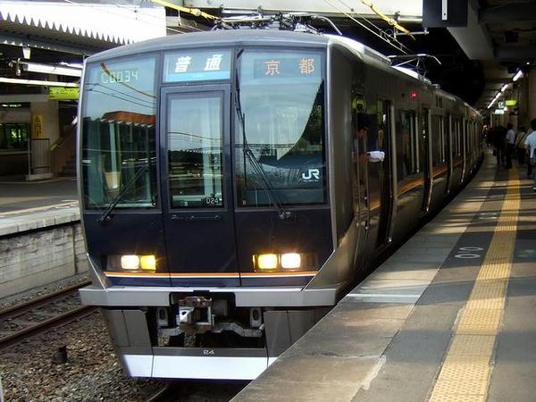 新大阪駅に到着した京都行き普通列車