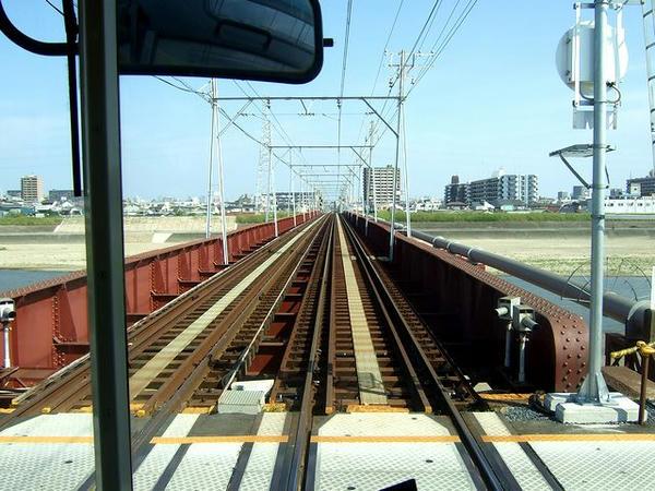大和川橋梁を渡って堺市へ(最後尾の窓から撮影)