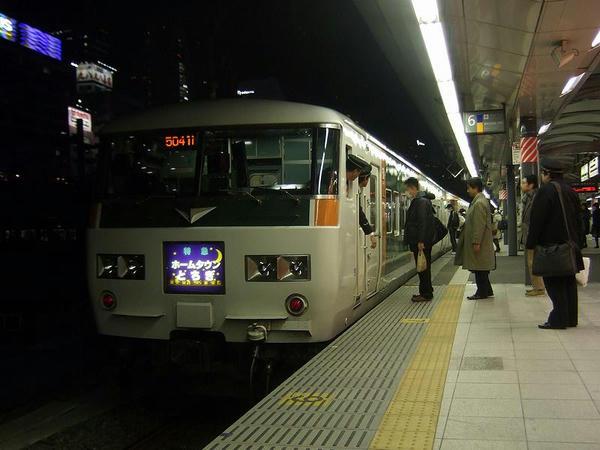 新宿駅発車前(ドア開放前)